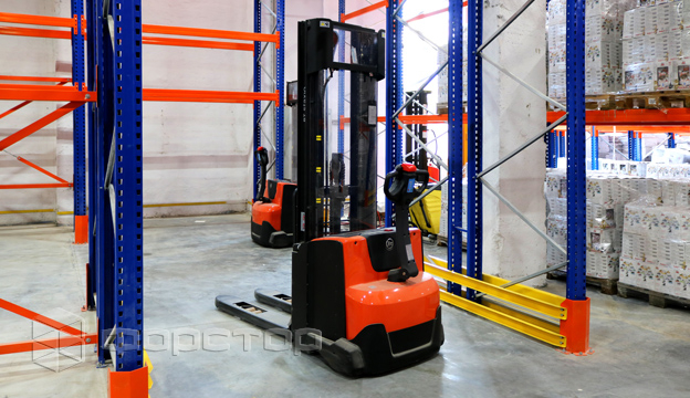 TOYOTA SWE140 stacker is used to move the pallet on the 1st floor