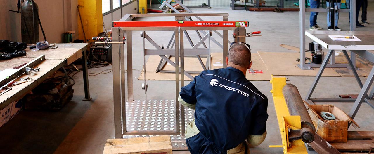 Подъемник для инвалидов в цеху